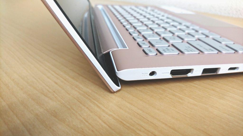 ASUS Vivobook S13のエルゴリフトヒンジ
