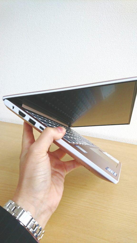 ASUS Vivobook S13を片手で持ったイメージ1