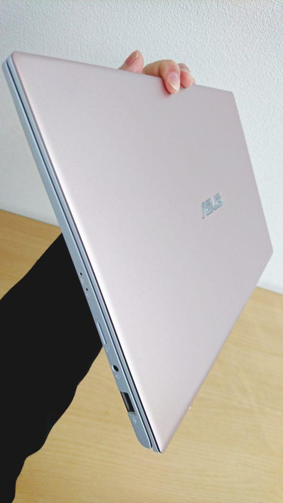 ASUS Vivobook S13を片手で持ったイメージ2